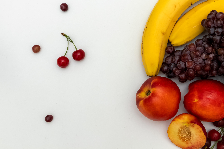 Fruits sur un fond blanc